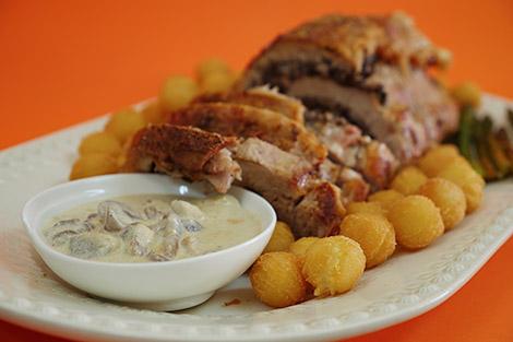 Longe de porc grillé avec du boudin noir et sauce aux champignons sauvages